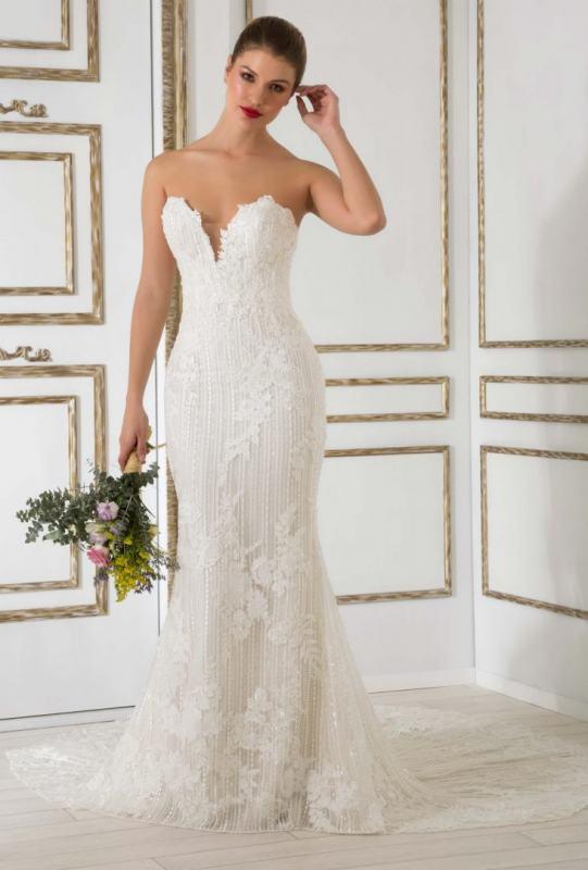 d3f6758ba ... en pedrería en todo lo vertical del vestido